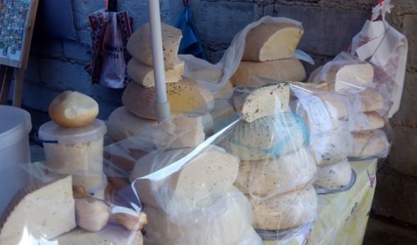Продажа сыров на рынке Яремче