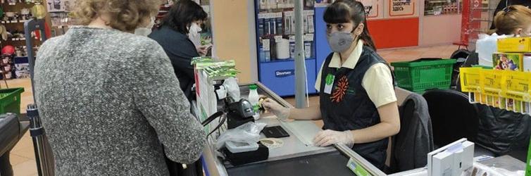 Выписывает штраф в супермаркете