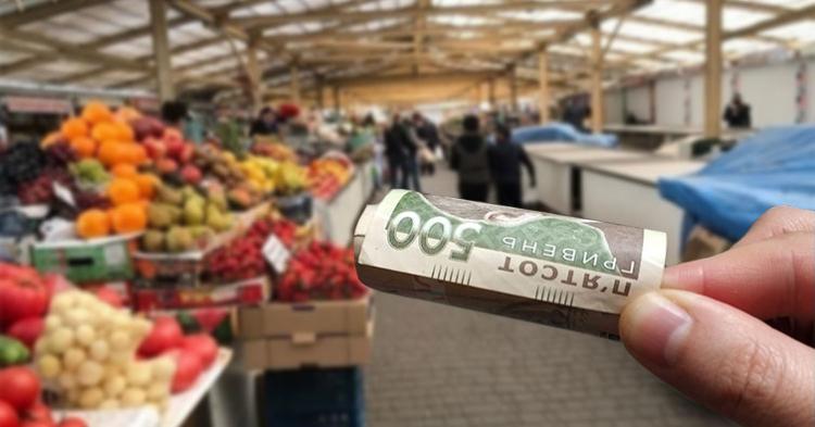 500 гривен в руках, овощной рынок